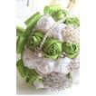 Nová ručne vyrábané čerstvé ovocie zelená nevesta drží kvety