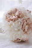 Svadobné kyticu vonku drží svadobné usporiadanie