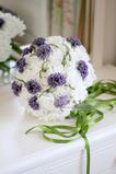 Svadba nevesta drží kvety svadobnú dovolenku