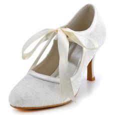 Biele čipkované svadobné topánky z čipky a vysoké lodičky na vysokom podpätku