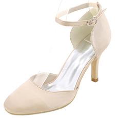 Svadobné vysoké podpätky okolo špičky topánky na podpätku